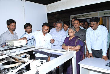 Delhi CM Sheila Dixit looks at Mallesham's innovation.