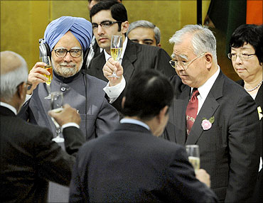 Prime Minister Manmohan Singh (2nd L) toasts with the Japan Business Federation (Keidanren) Chairman Hiromasa Yonekura (2nd R) during a luncheon with Japanese business leaders in Tokyo.