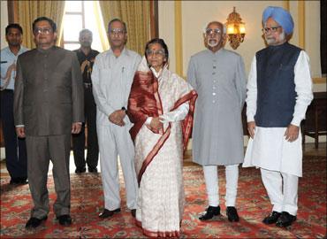 (L to R) New CVC P J Thomas, Ramsingh Devisingh Shekhawat, President Pratibha Patil, Vice President Hamid Ansari and Prime Minister Manmohan Singh.