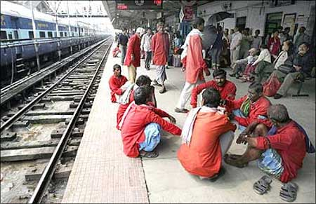 Railways to hire 200,000 in 6 months