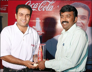 Prem Ganapathy receives a memento from star cricketer Virender Sehwag during the Mumbai Festival.