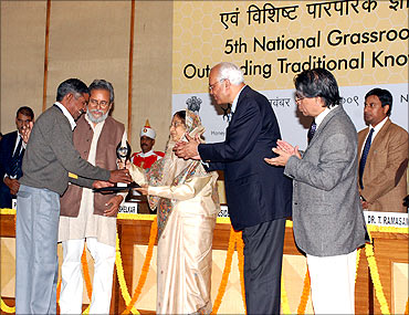 Rai Singh receives the innovation award from President Pratibha Patil.