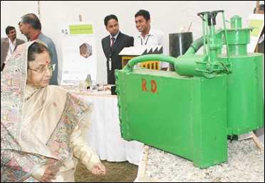 President Pratibha Patil looks at the bio-mass gasifier.