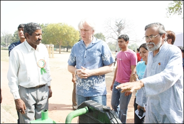 Prof. Anil Gupta shows the gasifier to Hollywood director James Cameron. Rai Singh (L) looks on.