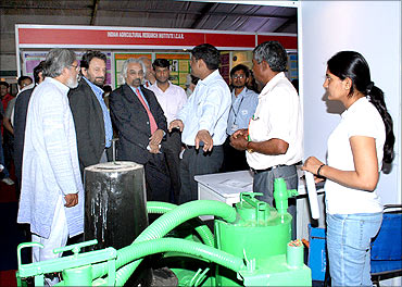 (L to R) Anil Gupta, Sam Pitroda, Shekhar Kapur take a  look at the gasifier.