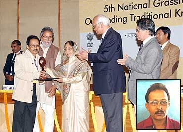 Uddhab Bharali receives the innovation award from President Pratibha Patil.