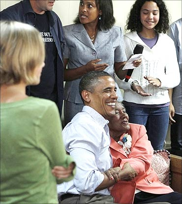 US President Barack Obama meets with Virginian homeowners.