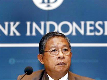 Governor Darmin Nasution announced the decision.