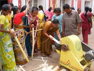 Rural women in Tamil Nadu are trained to extract banana fibre.
