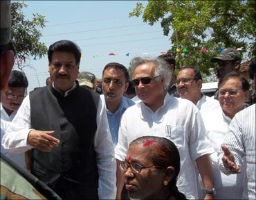 Union environment minister Jairam Ramesh and Maharashtra chief minister Prithviraj Chavan in Mendha Lekha on April 27.