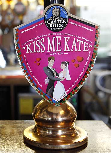 A pump clip showing the Kiss me Kate ale.
