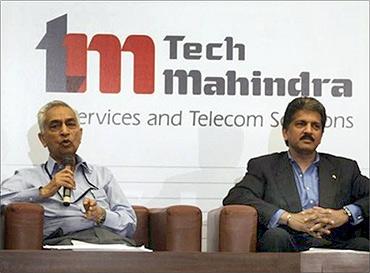 Vineet Nayyar (L) CEO, Anand Mahindra, chairman, Tech Mahindra.