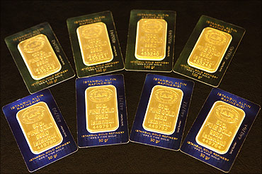 Bars of 50 and 100 gram (front) fine gold.