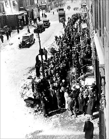 1931: Poor people queuing for free coal in New York.