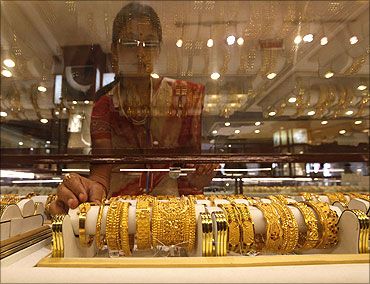 Why people hoard gold and buy it during crises