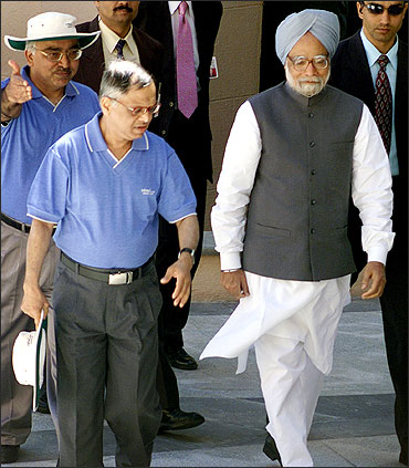 PM Manmohan Singh is accompanied by Murthy at inauguration of the new Global Education Center in Mysore.