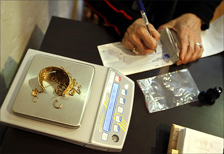 A merchant, who buys and sells gold, writes a cheque to a customer selling his gold jewels in Nice.