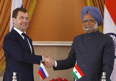 Russia's President Dmitry Medvedev (L) shakes hands with Indian Prime Minister Manmohan Singh