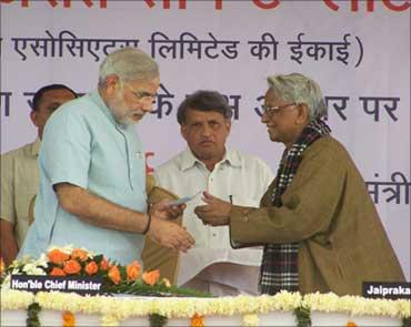 Jaiprakash Gaur (R) with Gujarat Chief Minister Narendra Modi.