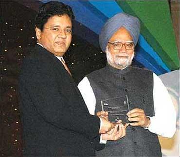 Kalanithi Maran (L) with Prime Minister Manmohan Singh.