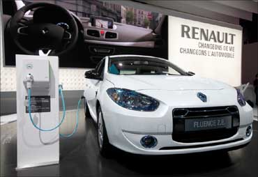 A Renault Fluence Z.E. electric car is displayed.