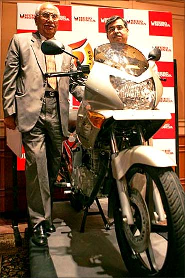 Brijmohan Lall (L), Chairman, Hero Honda and MD, Pawan Kant Munjal.