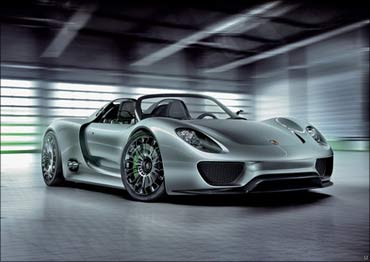 Porsche 918 Hybrid graces the Detroit Motor Show.