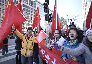 Chinese students wave national flags to greet Chinese President Hu Jintao in US.