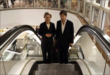 Nicolas Berggruen (R) and German Labour Minister Ursula von der Leyen.