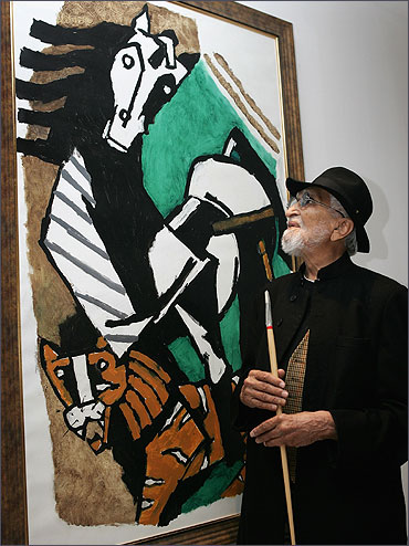 M F Husain examines one of his paintings in Raan bar in London, England.