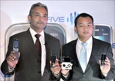 (L to R) Arshit Pathak, MD, Kingtech Electronics India, Vicent Huang, Deputy Head - Sales, G'FIVE International.