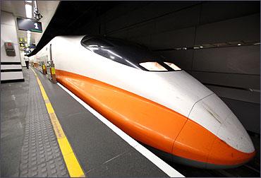 A Taiwan High Speed 700T train prepares to leave Taipei.