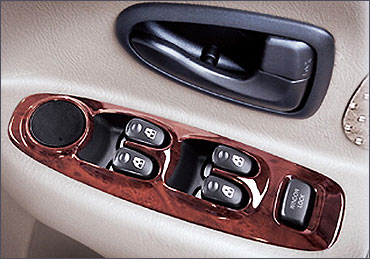 Hyundai Accent Executive driver's side inside door control.
