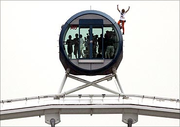 Alain Robert scales to the top of the 165-metre high S'pore Flyer observation wheel.