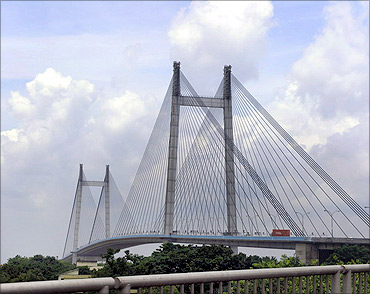 Vidyasagar Setu that connects Howrah with Kolkata.
