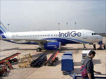Airlines go mobile to sell tickets
