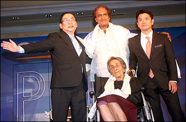 Raghu Rai (C) and Homai Vyarawala (on wheelchair).