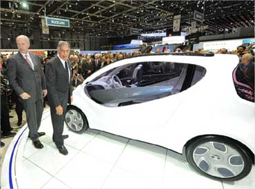 Ratan Tata pose beside the Pixel.