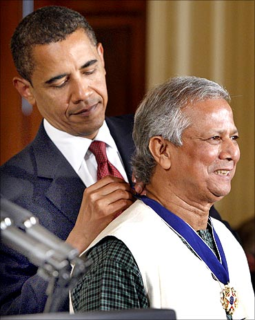 US President Barack Obama presents the Medal of Freedom to Muhammad Yunus.