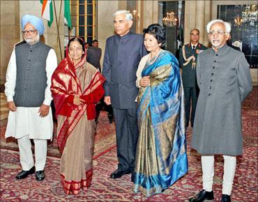 PM Manmohan Singh, President Pratibha Patil, Vinod Rai, his wife, Vice President Mohd Hamid Ansari.