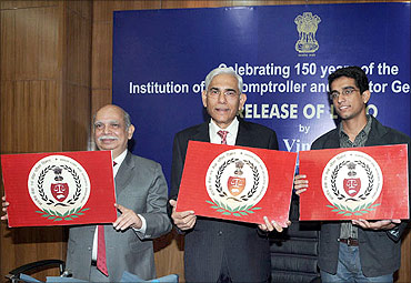 Vinod Rai (C) unveiling the logo of the IA and AD as part of the 150 years' celebrations of CAG.