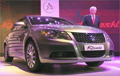 Managing director and CEO of Maruti Suzuki India, Shinzo Nakanishi, stands next to Kizashi.