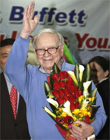 Buffett waves upon his arrival at Daegu's airport, southeast of Seoul.