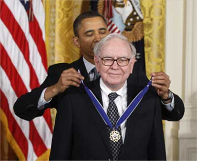 US President Barack Obama awards the Medal of Freedom to Buffett.