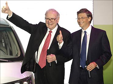 Warren Buffett (L) and Bill Gates (R).