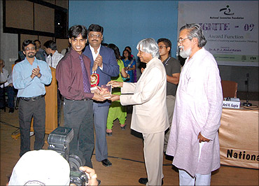 Former president Abdul Kalam felicitates Hiranmay Mahanta for leading the students' team at techpedia.in.