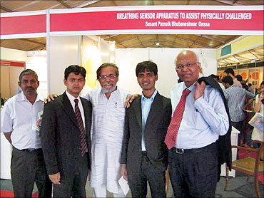 R A Mashelkar (R), Anil Gupta (c) with techpedia members.