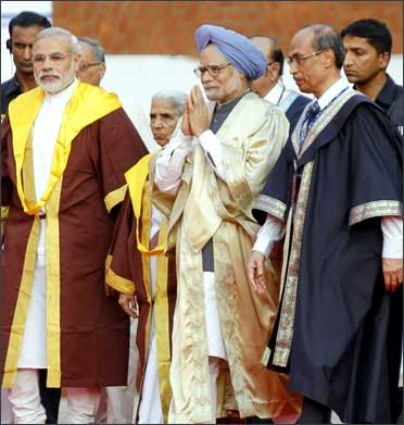 PM Manmohan Singh with Gujarat's CM Modi at annual convocation ceremony, IIM in Ahmedabad.