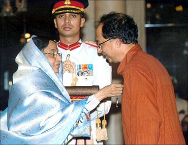 Kaushik Basu receives Padma Bhushan from President Pratibha patil.