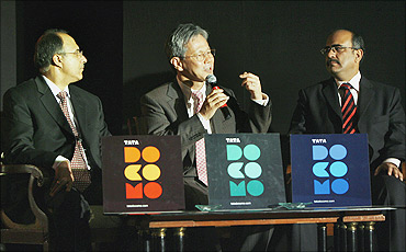 Toshinari Kunieda (c), DoCoMo MD, with Anil Sardana (l), Tata Teleservices MD, and Deepak Gulati, Tata Teleservices president.